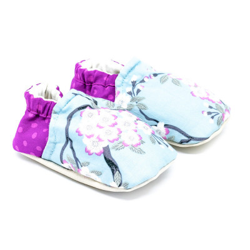chaussons-bebe-souples-bleu-ciel-et-rose-fushia-avec-fleurs