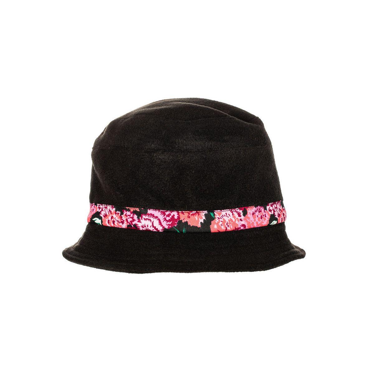 Chapeau polaire noir et fleurs roses